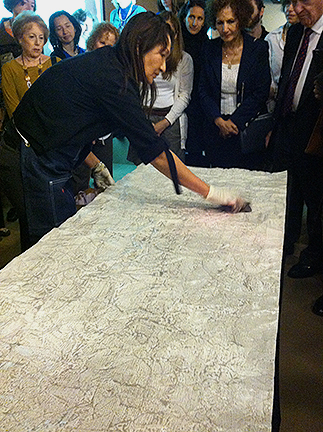 Casart coverings shows a Maya Romanoff wallcovering demonstration via Slipcovers for your walls, casartblog