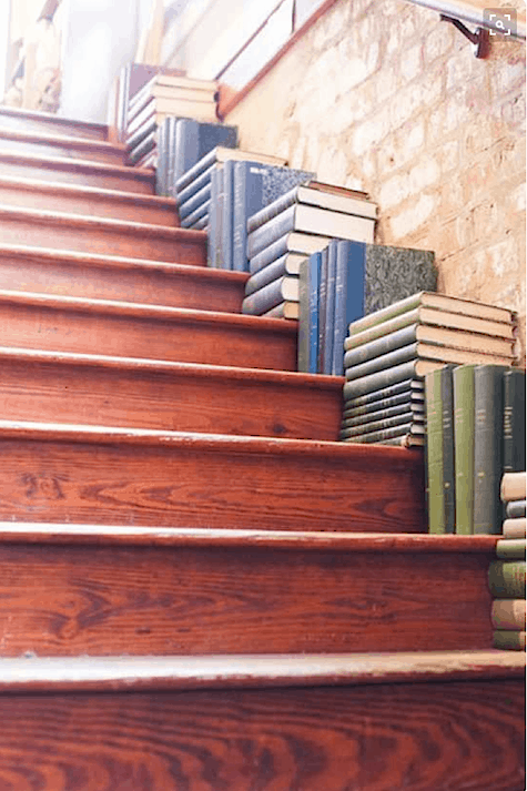 Unique way to organize books on stairs_casartblog