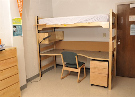 Undecorated plain dorm room_casartblog