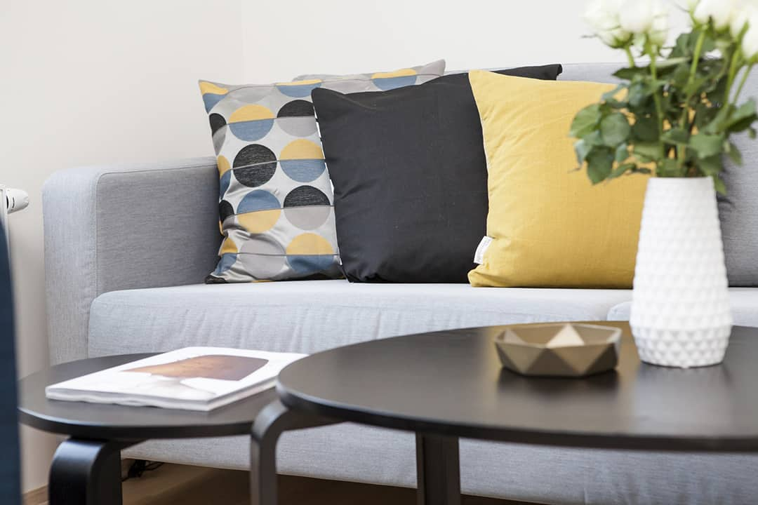 Sofa color blocked pillows by Terje Sollie_Pexels on casartblog