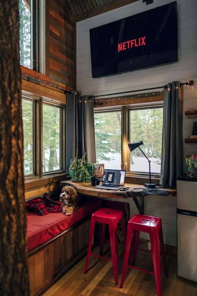 Roberto Nickson red family TV room via Pexels on casartblog